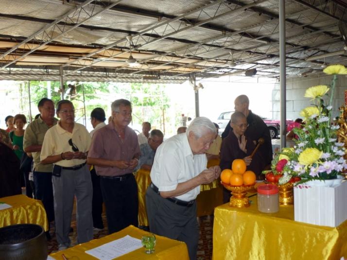 Dato' Lim Eng Soon praying to Chun Thay Phor Sat.